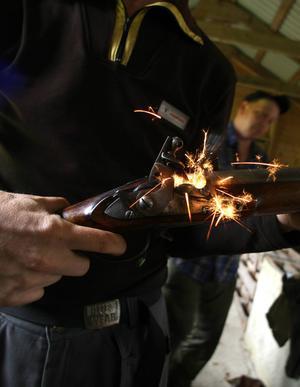 Ingen rök utan eld. Så här mycket gnistrar det av flintlåsgeväret även utan krutladdning.