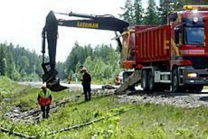Foto: LEIF JÄDERBERG Sanering. Arbetet med att sanera utrunnen diesel som sögs upp av jorden tog flera timmar.