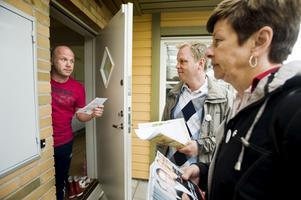 (S)amtal fortsätter. Ulla Persson och Lars Eriksson mötte väljare.foto: VLT:s arkiv