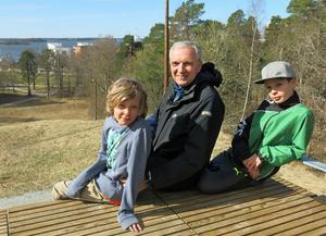 Milan Savic och barnbarnen Filip och Lukas Pahlm på Himlabackens topp.