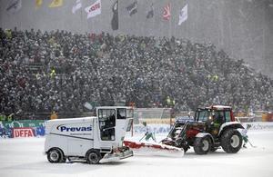 Ismaskiner och raktorer kämpar med snön på under