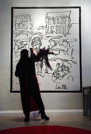 Lars Vilks tyckte det var en rolig idé att låta rondellhunden vika för ett fredsbudskap, målat av en kvinnlig konstnär från Mellanöstern.