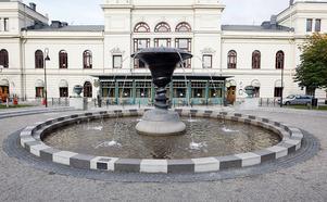 3: Skulpturen Dialog bakom Sundsvalls Stadshus.