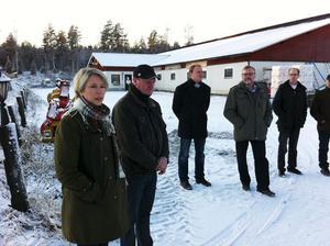 Nya LRF-basen Helena Jonsson, närmast i bild, förhörde sig om situationen med den kringstrykande vargen i Jäderfors när hon på torsdagen träffade drabbade djurägare.