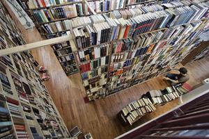 En anställd sorterar böcker hos bokhandlaren Strand I New York.