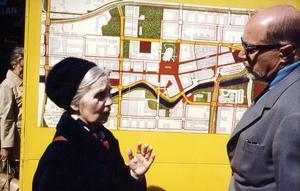 Journalisten Inga Osterman-Tillström var den enda i fullmäktige som ansåg att förslagen om annan användning av badhuset skulle behandlas. Här är hon i samtal med planarkitekt Gösta Liliemarck 1970.
