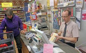 Butikschefen Ronnie Eriksson flyttar nu från butiken i Opsahden till nya lokaler i Rågsveden.FOTO:LEIF OLSSON