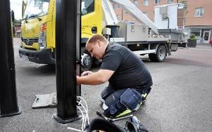 De första stolparna monteras nu för att klara energi till de miljövänliga elbilarna.FOTO: CHRISTER NYMAN