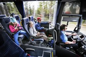 Elin Odén-Pålsson, Teo Andersson och Ante Siwertsson tycker det är bra att åka buss. De går skola i Åsarna och åker med bussen till Skålan när skoldagen är slut. Göran skjutsar sin andra generation skolelever från skolan i Åsarna till Börtnan.