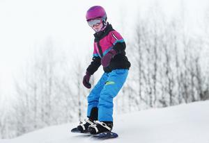 Tolvåriga Iselinn Jonsson tycker det är kul med bräda.– Men det är ännu roligare med skidor, säger hon.