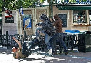 Årets bild. Vänsteraktivister angriper en nynazist i Linköping.
