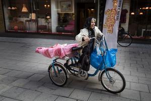 Farideh Agha Jani brukar ta trehjulingen ut till kolonilotten. Hon berättar att den är praktisk för att det enkelt går att transportera jord och säckar på den.