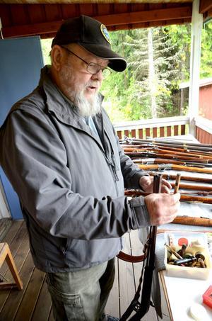 Björn Ivarsson laddar den mer än 200 år gamla musköten.