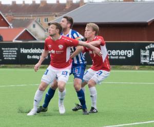 Säter och Kvarnsveden spelade 2–2 i lördagens möte på Säters IP, där Säters  Andreas Helmersson (I mitten) gjorde andra målet på straff.