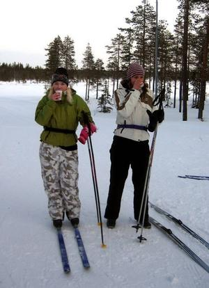 På Skolvasa. Therese Halvardsson och Malin Bornstedt från 8:an i Malung pustar vid kontrollen Smågan i årets Skolvasa.
