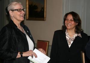 Landshövdingen Rose-Marie Frebran hyllar doktoranden Mahitab Ezz El Din i en ceremoni på slottet i Örebro.