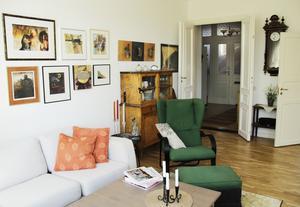 På väggarna samsas konst från alla världens hörn, men även några fotokonstbilder av Sune Liljevall.