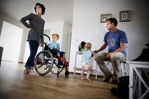 Ulrica Sundberg och Fredrik Lindström berättar att Villes stortå i princip ska bli helt återställd. Lillasyster Ida undersöker hemmet.