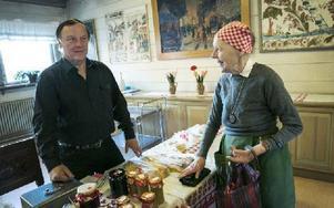 Kryddat matbröd hade Ingrid Järnefalk från Backa köpt, bland mycket annat. Och så fick hon en trevlig pratstund med Arvid Frisk. Foto: Anna Klintasp/DT