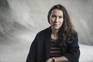 """Journalisten och författaren Fatima Bremmer har skrivit biografin """"Ett jävla solsken"""" om Ester Blenda Nordström.Foto: Helén Karlsson"""