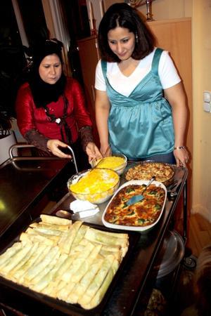 Det doftade gott från församlinghemmet. Här serverades mat från många olika länder, och Seror Sam och Layla Wadi såg till att maten kom på plats.