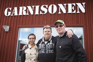 Ken Mackle, till höger, och dottern Madison Mackle Gutierrez från Nya Zeeland är på besök hos Anders Östlund i Östersund. De passar på att besöka Teknikland.    – Jag önskar att det fanns fler engelska översättningar, men annars är det väldigt bra. Ni har en spännande historia här i Norden, säger Ken Mackle.