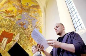 Stora kyrkans akustik passar utmärkt för renässansmusiken med dess långa legaton. Katarina Sweding och Mattias Gråberg repeterar koncentrerat. Foto: Håkan Luthman
