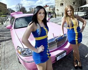 Rosa sommar i Sverige. En video spelas in vid Slottet med bland Malin Andrésen, till vänster, och Elin Hellström.