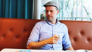 Slappnar av. Efter 20 års korrespondens med hela världen kan Anders Granberg unna sig en kopp kaffe.