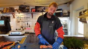Under sina år som kock arbetade John Falkenberg på flera fiskrestauranger. Den kunskapen delar han gärna med sig av till sina kunder i form av recept och tips för bästa sättet att rensa och filéa. En av alla Johns framtidsplaner är en videoblogg där han vill sprida sitt kunnande om fisk och skaldjur till fler.