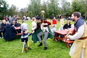 Jacob Westin dansar med Izac Liljehök, 4 år, till tonerna av luta spelad av Jan-Ove Karlsson från Hudiksvall.
