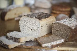 Man kan baka både formfranska och grovbröd utan gluten.