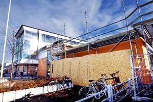 Arbetet med att renovera Bromangymnasiet håller på för fullt, just nu är det ett tak vid huvudentrén som ska byggas om.