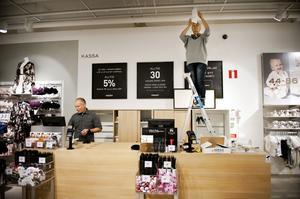 Torbjörn Kvist och Jeanette Berg på Kappahl gör förberedelser vid kassan.