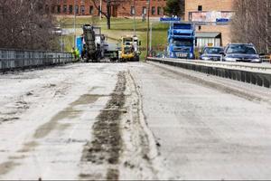 I samband med reparationerna av Frösöbron har en del av Vallaleden spärrats av, vilket innebär att trafikanter på Vallaleden har väjningsplikt mot de trafikanter som kommer från Vallsundsbron.     Foto: Ulrika Andersson