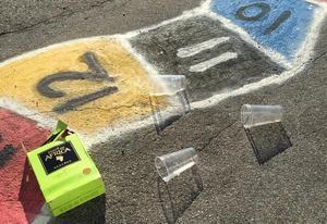 Föräldralediga Michaela Brandt städade skolgården för att barnen inte skulle behöva mötas av nedskräpningen på måndag morgon. Och så skrev hon ett Facebookinlägg där hon uppmanar andra att plocka upp efter sig. Foto: Privat