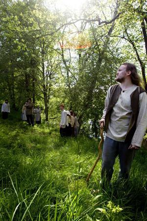 grävde kanal. Leon, spelad av Emil Holmgren, berättar om sitt liv för 150 år sedan, om hur han kastades ut hemifrån och sökte sig till Sandviken för att få jobb med att gräva Kanalen.