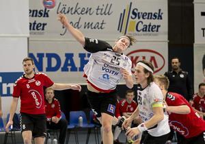 Säker på kvalspel. Trots att tre matcher återstår, räknar Johan Brännberg (25) med elitseriekval för VästeråsIrsta senare i vår. Mot Heid sköt han sju mål i storkrossen. Till höger ses lagkompisen Daniel Wolf.