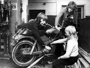 Mopedverkstad. På Bryggargården fanns en liten verkstad där de som ville kunde meka med sina moppar. 1975 hjälpte Bengt Heldemar (till vänster) och Mikael Larsson Pekka Jauhainen att rensa förgasaren.