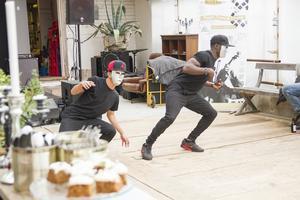 Sondie Mark Alba och Jason Lucien ur dansgruppen The Unit var först ut på scen på lördagskvällen.