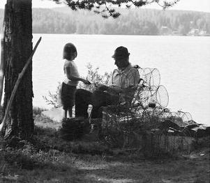 Förberedelser inför kräftfiske, gammal lär ung!