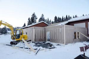 Efter alla turer kring badet i Frostviken är det här en bild många har sett fram emot. Bygget är i full gång.