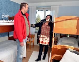 Lars Nygren och Jane Näslund från Gustafs kollar in rummen på övervåningen inför sin bröllopsdag.