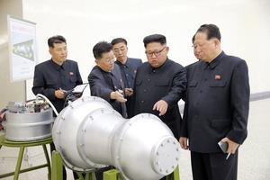 Den nordkoreanska diktatorn Kim Jong-Un besökte en militäranläggning kort före explosionen och inspekterade en vätebomb som ska kunna monteras på en långdistansmissil.