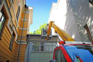 INGET FÖR HÖJDRÄDDA. För att få upp bina på teaterns tak, som är 15 meter upp i luften, används en skylift.