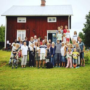 Alla samlade framför stora huset på Björk.