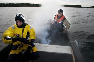 Spelet kan börja. Arbetsledaren Carl-Eric Wiberg tänder på i båten medan Elias Jonsvens förbereder sig för att agera nödställd i vattnet.