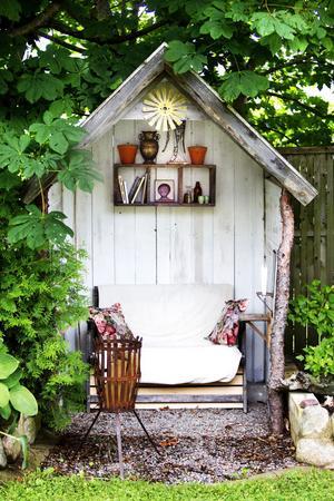 I trädgården ryms ett rum, perfekt för varma dagar eller för poesi och hasselnötssnaps.