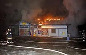 Foto: Mathias Forslöf I lågor. Branden spred sig efter väggen in under taket som övertändes. Brandkåren lyckades förhindra att hela butiken brann ned till grunden.