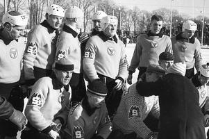Brobergslaget som tog hem SM-titeln efter omspelsmatchen mot Skutskär på Studenternas i Uppsala 1964. Dallas ses i mitten i sin klassiska Spaps-hjälm.